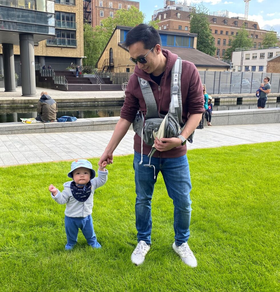 Father let out 10 month old baby from the Amazon Sunveno hip seat carrier by unclipping one strap