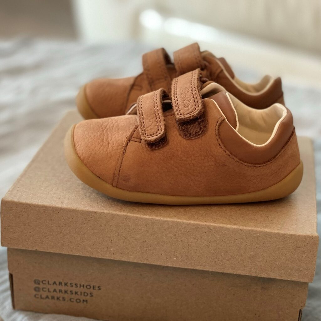 Clarks Roamer Craft Toddler shoes in tan leather - side view on shoe box