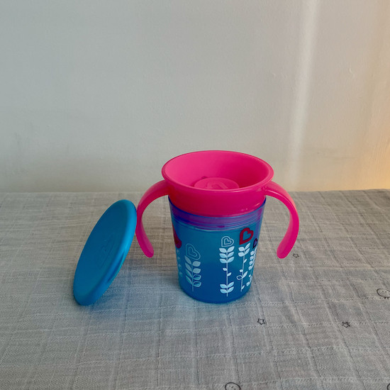 Munchkin Miracle 360 Cup in blue and pink with lid