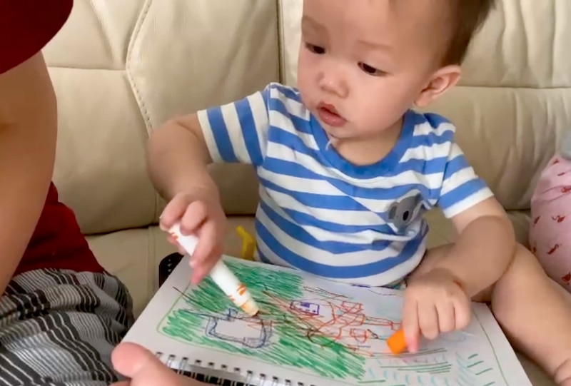 Boy-drawing-on-sketchpad-with-Crayola-pen